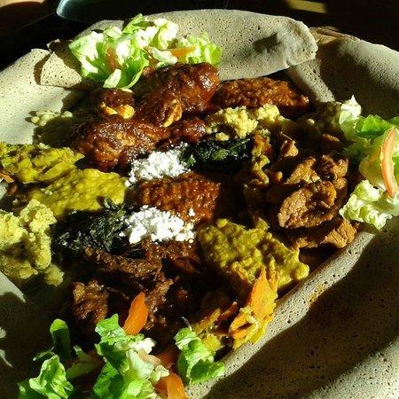 Semhar: Speise für 2 Personen (Hühnchen, Lamm, Rind (?!) und verschiedene veg. Beilagen)