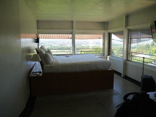 Hotel Le Saint-James Relais & Chateaux : Le lit, qui surplombe la vallée de la Garonne...