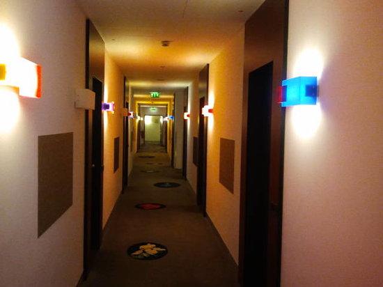 Mövenpick Hotel Berlin: sehr gelungene Etagenbeleuchtung