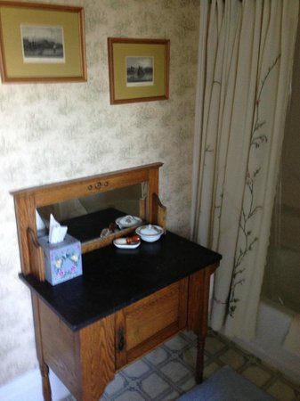 Roseberry House Bed & Breakfast: nice antiques everywhere, even in the bathroom