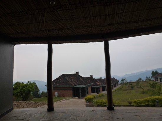 Nyungwe Top View Hill Hotel: vue sur les bungalows