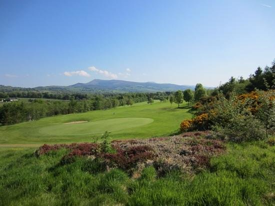 ‪‪Mitchelstown‬, أيرلندا: 8th hole with a view of the Galtee Mountains‬