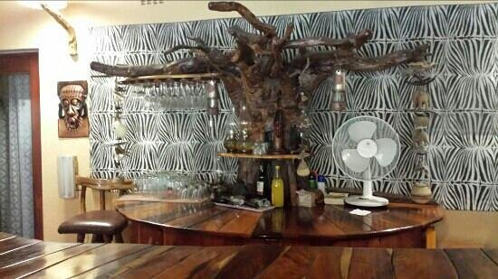 Sunbird Lodge: African bar
