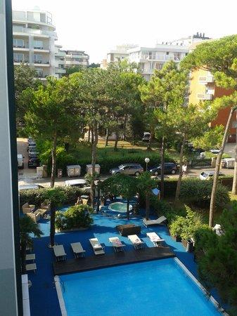 Hotel Sorriso : Ecco la piscina vista dal terrazzo della colazione.