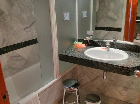 NH Amistad Murcia: Baño con ducha demasiado abierta