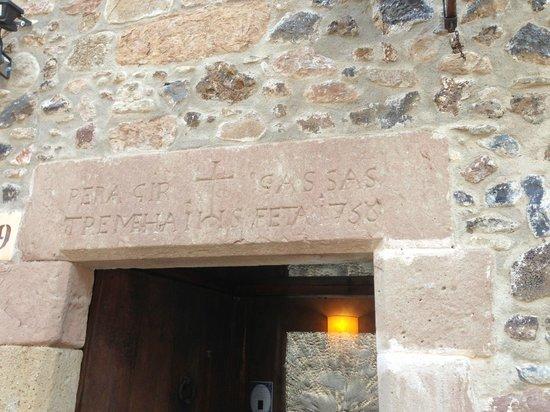 Can Rafelic SL.: Detalle superior de la puerta de entrada al restaurante