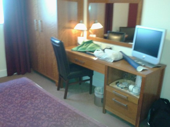 Ardmore Hotel: scrivania/tv