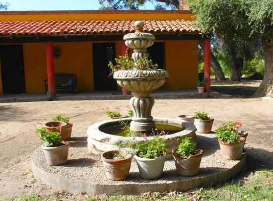 Rancho Los Chabacanos: fuente cerca de los cuartos
