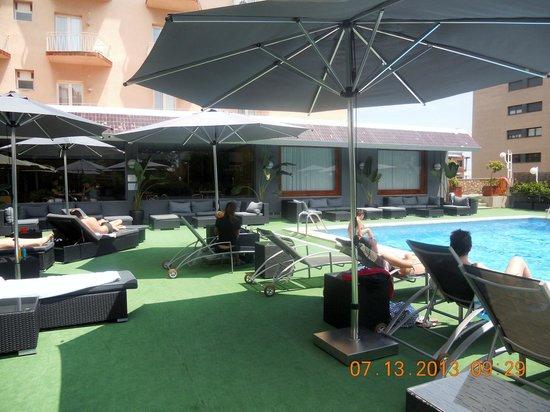 Astari Hotel : piscina y jardin