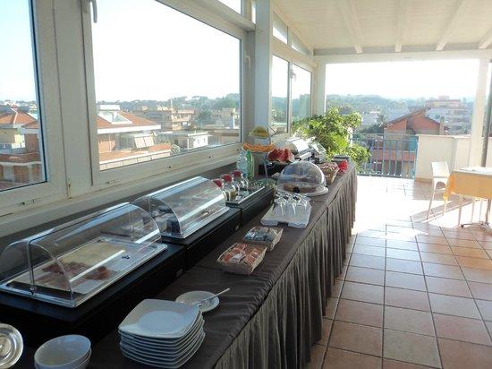 Hotel L'Approdo: Frukostbuffén på taket