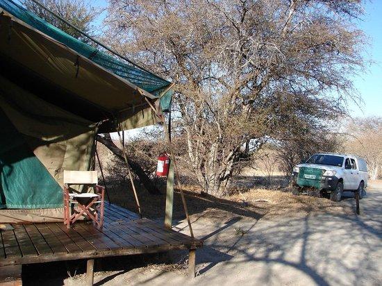 Haina Kalahari Lodge: Carpa y estacionamiento