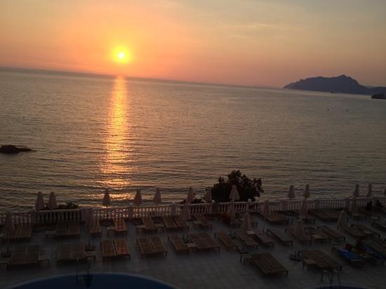 Mayor La Grotta Verde Grand Resort: sunset during dinner