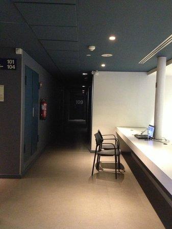 Catalonia Avinyo: banco con PC davanti l'ascensore