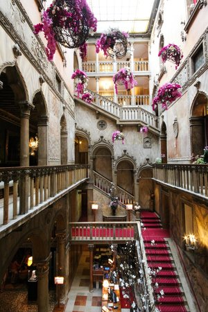 Hotel Danieli, A Luxury Collection Hotel: Very grand staircase