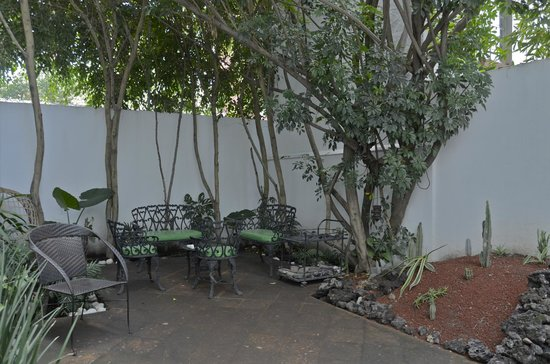 Casa Comtesse: Outdoor sitting area in back