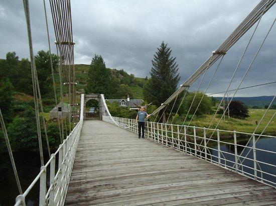 Caledonian Canal Visitor Centre: Ponte sobre o Rio Oich