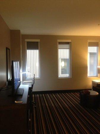 Hampton Inn & Suites Denver Downtown-Convention Center: Small windows