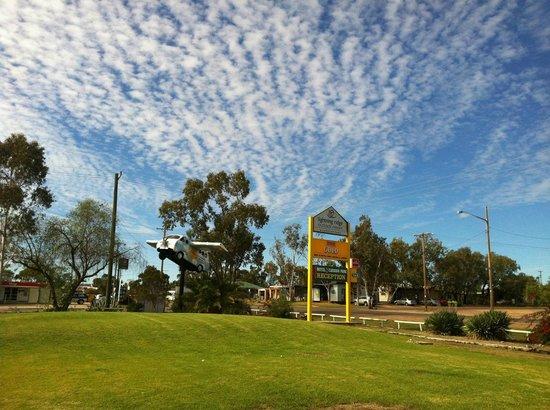 Lightning Ridge Outback Resort & Caravan Park: Outback Resort Sign & Murray Art