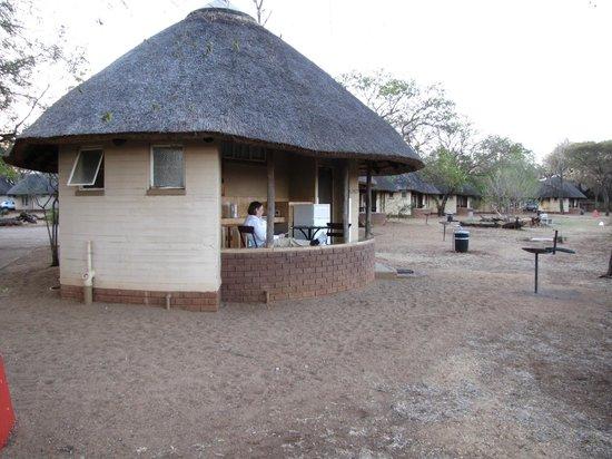 Satara Rest Camp: Hut G167 near the fence