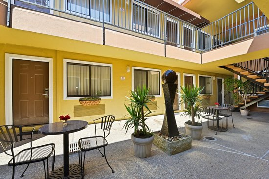 Americas Best Value Inn & Suites - San Francisco Airport: Courtyard