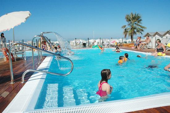Hotel Puccini: Piscina sulla nostra spiaggia