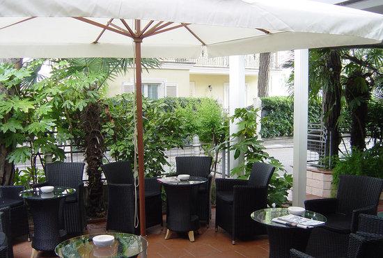 Hotel Puccini: Angolo giardino