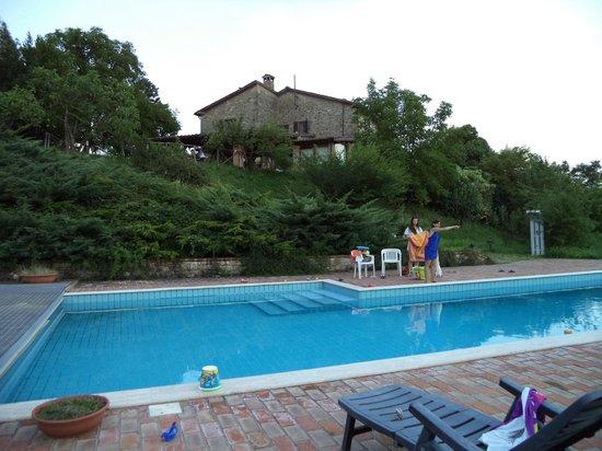 piscina e veduta del casale foto di agriturismo le