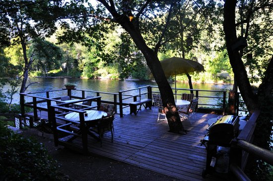 The Royal Coachman Motel: The communal deck overlooking the river