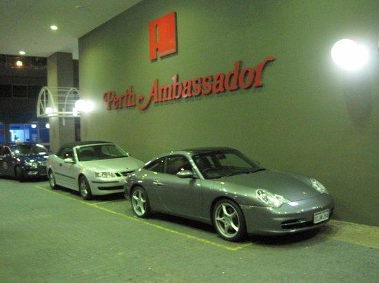Quality Hotel Ambassador Perth: ずーっと停まっているポルシェ