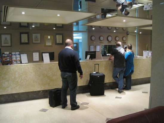 Quality Hotel Ambassador Perth: ロビー