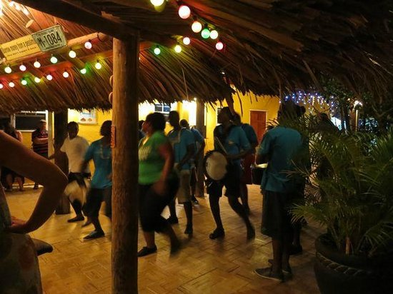 Bahia Apartments & Diving: Thursday night dinner with the All Stars