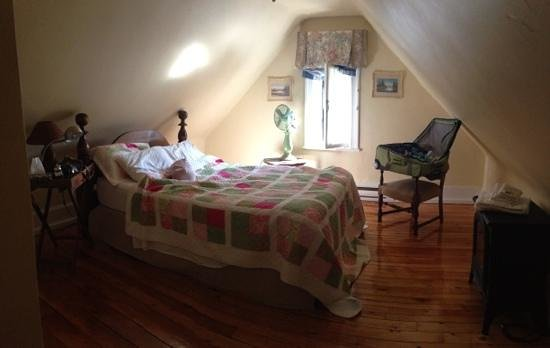 Grey Gables Inn Bed and Breakfast: Bedroom - more spacious than it looks