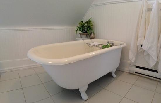 Grey Gables Inn Bed and Breakfast: Clawfoot tub in bathroom of Dover room