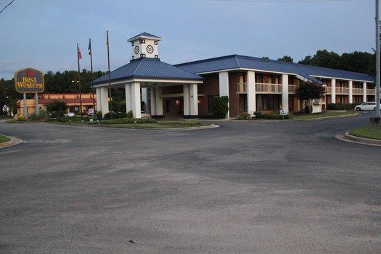Baymont Inn & Suites Rocky Mount North Battleboro : Front of Motel