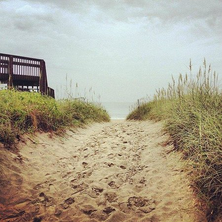 Outer Banks Inn: Sandy path to beach (2 blocks from Inn)