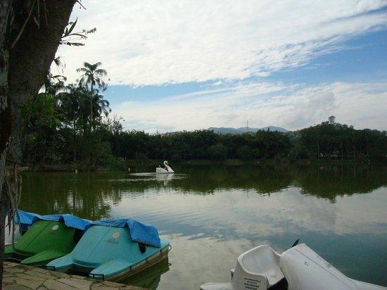Parque das Aguas: Navegando nas águas do lago.