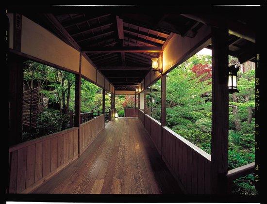 Hanaya: 渡り廊下