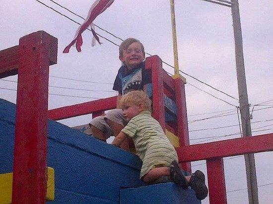 Oceanana Family Motel: Brotherly fun!