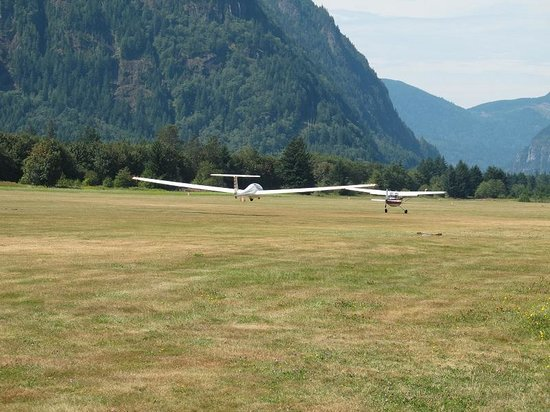 Vancouver Soaring Association: glider towed & airborn with VSA plane