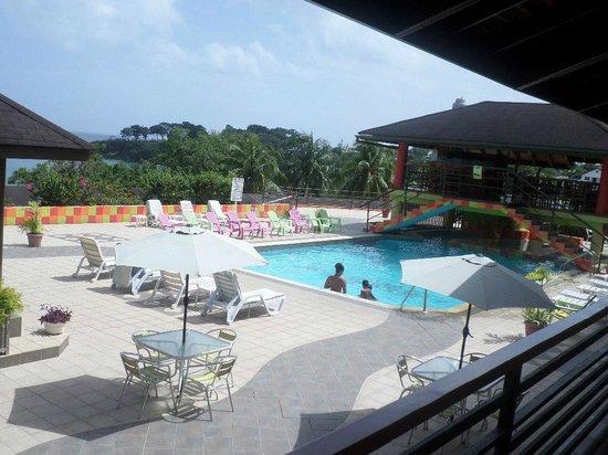 Grafton Beach Resort: pool area
