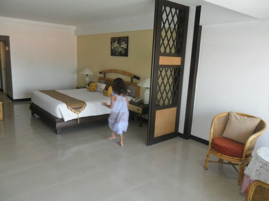 Cha-Am Methavalai Hotel : Bed with child in attack mode