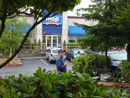 Sleep Inn SeaTac Airport: IHop across the parking lot from the hotel