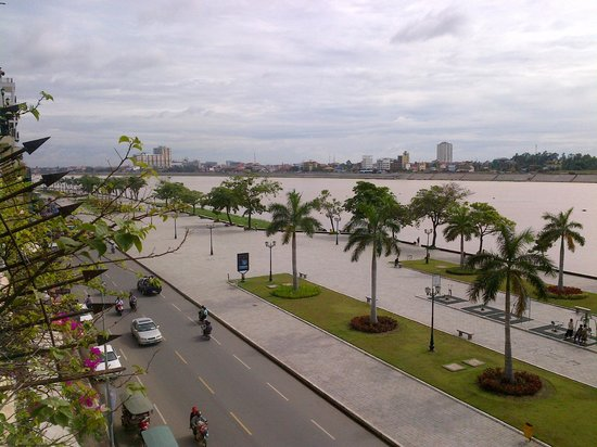 Cozyna Hotel : la vue sur le quai Sisowath et la rivière depuis le balcon