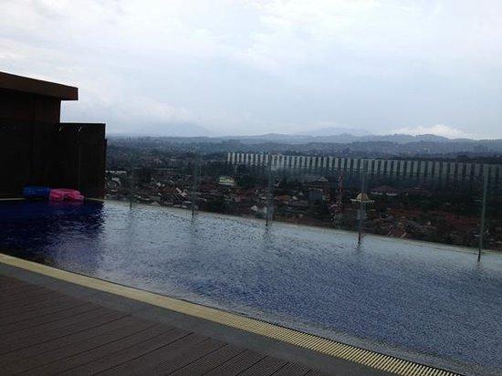 PRIME PARK Hotel Bandung: rooftop pool