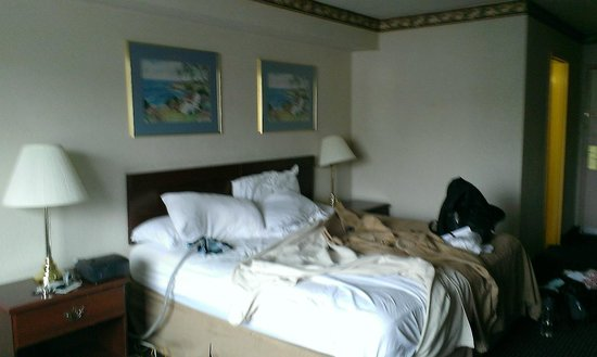 Howard Johnson Pikesville : KING SIZED BED BEFORE CHECK OUT ROOM 214