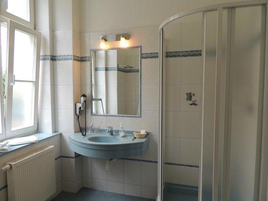Hotel Ontario Garni: Bathroom