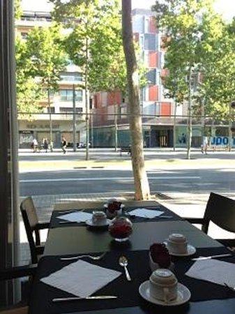 Four Points by Sheraton Barcelona Diagonal: 朝食は気持ちのいい眺めとともに