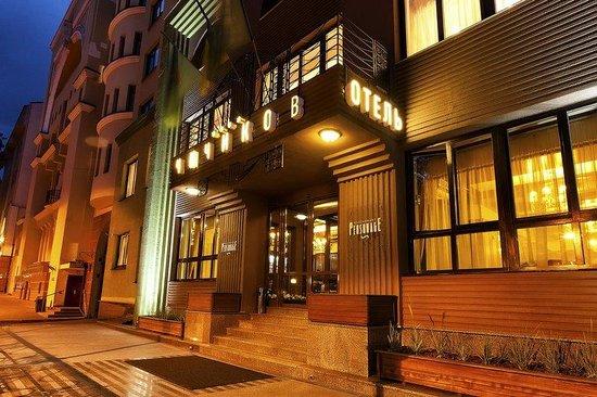 Chichikov Hotel: Front