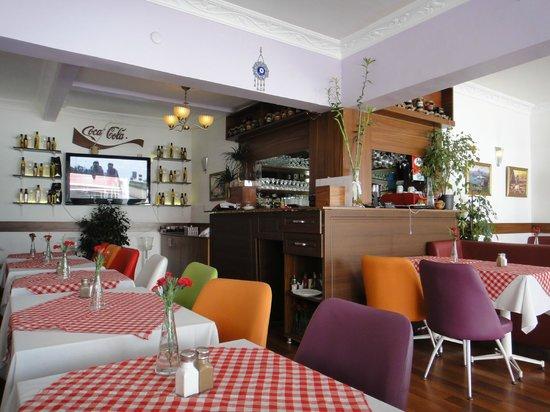 Aker Cafe Restaurant: 店内。全体的にチェックのテーブルクロスが可愛い