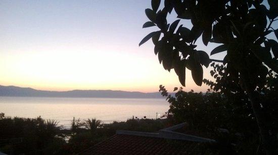 Hotel Kissamos: Vista di un'alba dalla struttura.Ho scattato la foto da dietro al vetro della camera da letto.